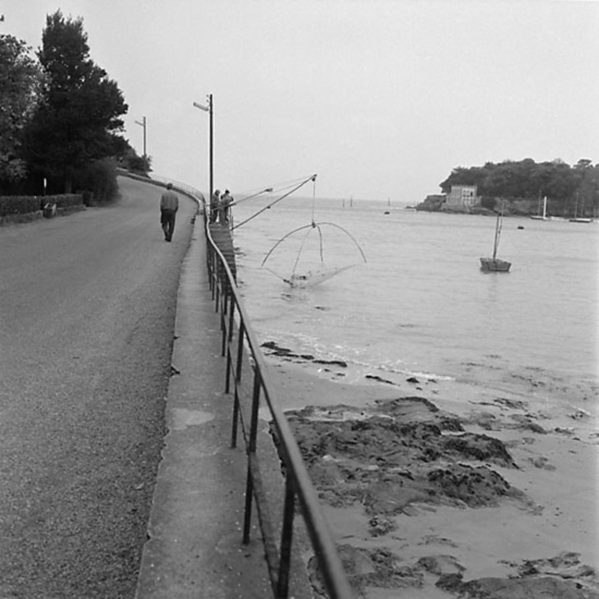 13. Frankrike. Fotojournal finns på B.M.A. + fotoalbum. Samtidigt förvärv: Böcker och arkivmaterial. Foton tagna mellan 1959-10-17 och 1959-10-18. 12 Bilder i serie.