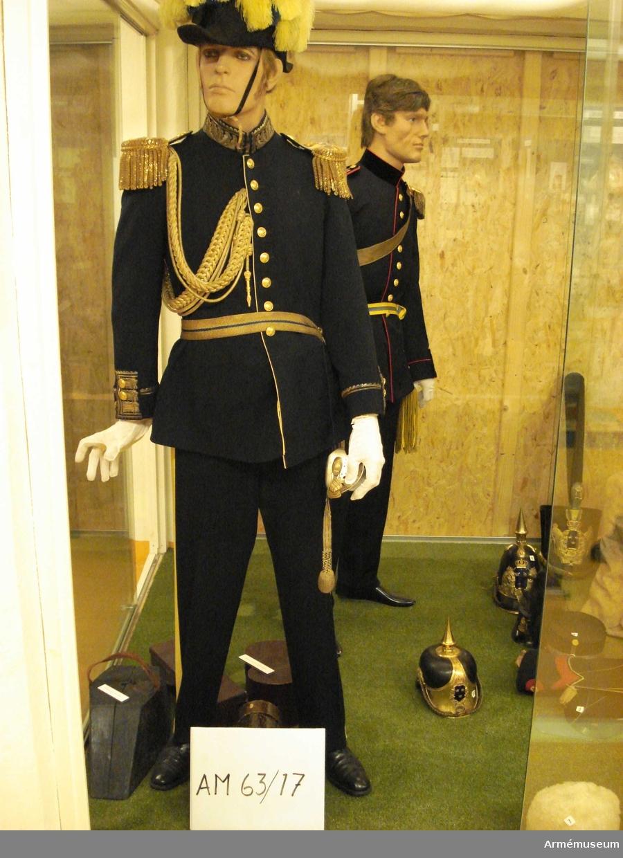 Grupp C I.  Ur uniform för generallöjtnant, bestående av vapenrock,  axelklaffar, byxor, skärp, mössa, hatt, plym, fodral.