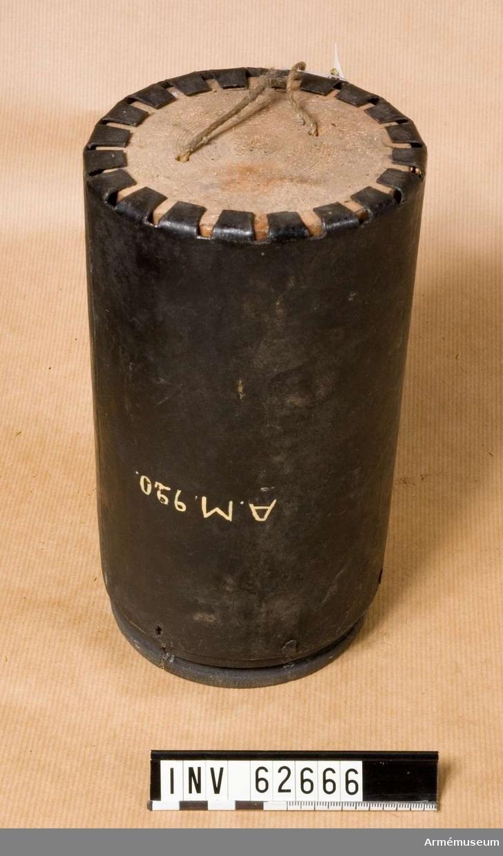 Grupp F II.  Svart dosa. 12-pundigt gesvint karteschskott med 2-lödiga kulor.