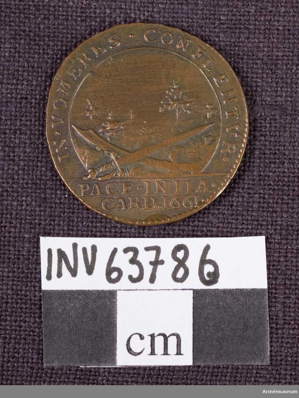 """Grupp M. Medalj av 6. storleken. Drottning Hedvig Eleonora. Freden i Kardis den 21 juni 1661. Medaljen är av brons och pärlkantad på båda sidor.  ÅTSIDAN: """"HEDEW.ELEON. D.G.REG.SVE"""". Bröstbild åt höger med pärlsnöre i nackhåret samt mantelveck.  FRÅNSIDAN: """"IN.VOMERES.CONFLENTVR"""". En värja och en sabel ligger i kors på trädbevuxen mark. I avskärningen """"PACE.INITA.CARD.1661""""."""