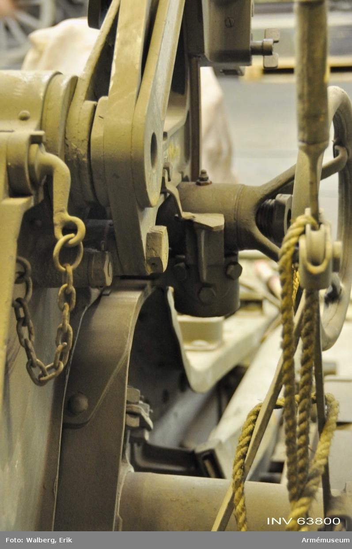 Grupp F I.  15 cm positionshaubits m/1906, vägande 2,200 kg, milregnr 4806  och tillverkningsnummer 5, är samhörande med följande: eldrör,  lavett, pjästransportkärra 401, anteckningsbok till eldrör,  anteckningsbok till lavett, beskrivning, ansättare,  borstviskare, bromsrep, 2 st dragtåg, fodral till glidbana för  eldrör, fodral till glidbana för vagga, fodral till riktarm,  fodral till viskare, kammarfodral, mynningsfodral, 2 st hängslen  till dragtåg, plundringskolv, 2 st riktkäppar, 2 st spakar, vev  till spännskruv.  Persedellåda innehållande 3 st  apteringsnycklar, fyrsnöre, manschettpackning, 10 st packningar,  skruvnyckel till packningsmutter, 3 st temperingssprintar.  Tillbehörslåda innehållande innehållsförteckning, fjäder till  handspik, kvadrant, nyckel till tändskruv, riktinstrument A,  riktinstrument B, skydd för kikarläge till riktinstrument, 5 st  slagfjädrar, insatslåda, 2 st fjädrar till klaffventil, fjäder  till låstapp, 2 st itappningsskruvar, nyckel till  stötbottenfoder och slaghammare, skruvnyckel till smörjkopp,  skruvnyckel till tändspets, skruvnyckel till itappningsskruv, 4  st packningar till itappningsskruv, slaghammare med tändspets, 2  st smörjnippel, spännstycke med klinka, stötbottenfoder B,  stötbottenfoder C, utkastare B, utkastare C, vävficka med  bomullsväv och fyrsnöre.   Kikarlåda A innehållande nyckel,  okularmussla, panoramasikte, skyddspåse, dammpensel, sämskinn  och kikarlåda B innehållande samma saker som kikarlåda A.