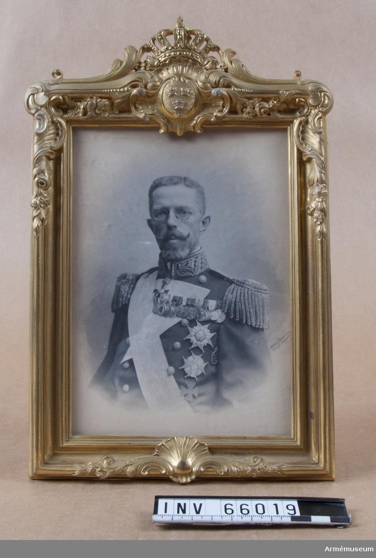 Grupp M I. Fotografi av kung Gustav V med samhörande krönt ram.