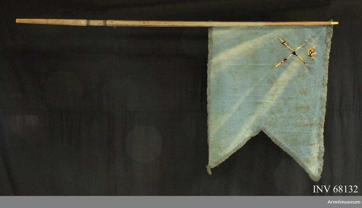 Duk: Tillverkad av enkel blå sidendamast, sammansydd av två horisontella våder. Duken delvis lossad från stången.  Dekor: Målad, i övre, inre hörnet lika på båda sidor Dalarnas sköldemärke, två korslagdapilar i guld med spetsar och styrfjädrar i silver. Mellan spetsarna en öppen gyllene krona.  Frans: Dubbel, tillverkad av blå silkesfrans.  Stång: Tillverkad av gråmålat trä, kannelerad. Med löpande bärring. Greppet lindat med ståltråd. Holk av förgylld mässing. Saknar spets.