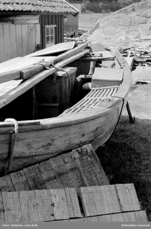 "Motivbeskrivning: ""F.d varv i Skredsvik, bohusjulle (se Bb 17:21) detaljbild."" Datum:19800717"