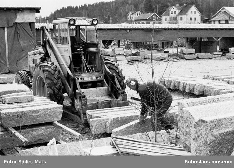 """Bohusläns samhälls- och näringsliv. 2. STENINDUSTRIN. Film: 9  Text som medföljde bilden: """"Lastning av kantsten. April -77."""""""