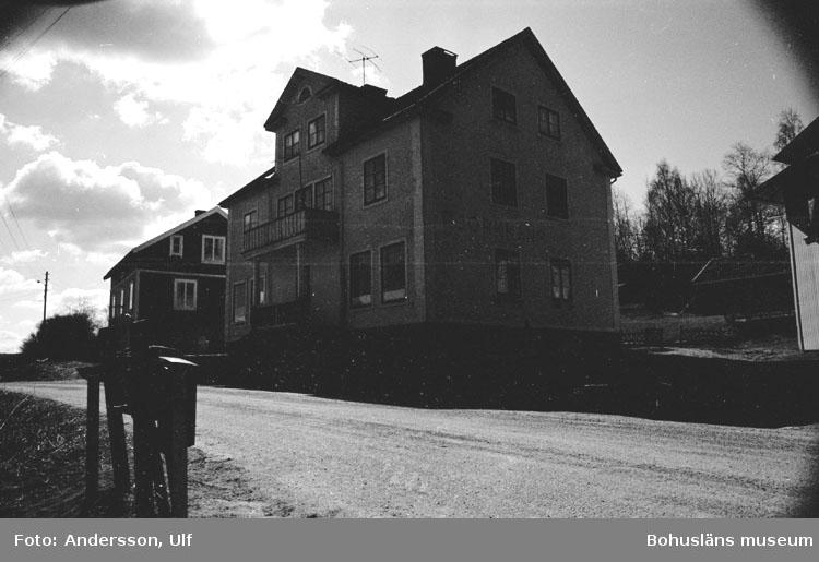 """Bohusläns samhälls- och näringsliv. 2. STENINDUSTRIN. Film: 18  Text som medföljde bilden: """"F.d. speceriaffär. April 1977."""""""