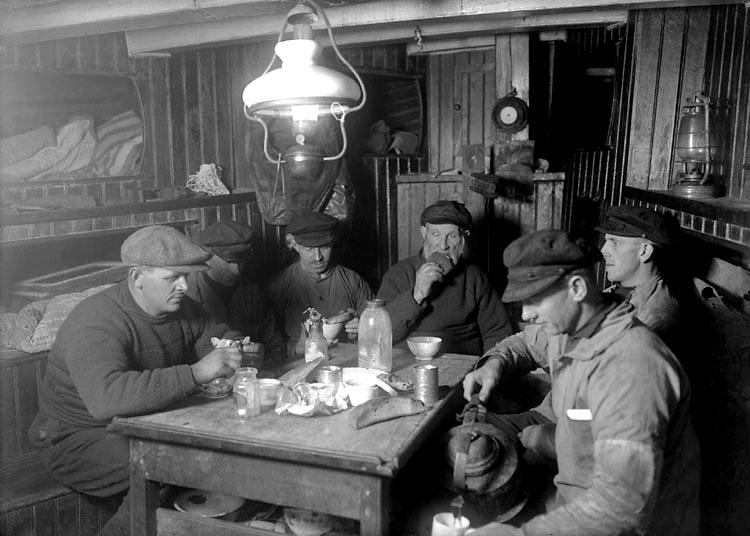 """Dec 1923. Fiskare vid måltid i """"Margas"""" skans."""