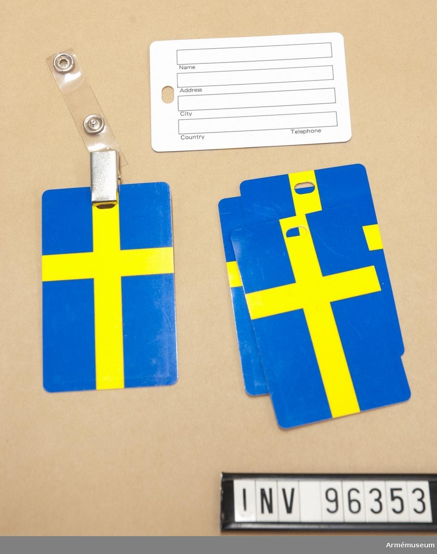 Fem adressetiketter med motiv svenska flaggan samt en etiketthållare.