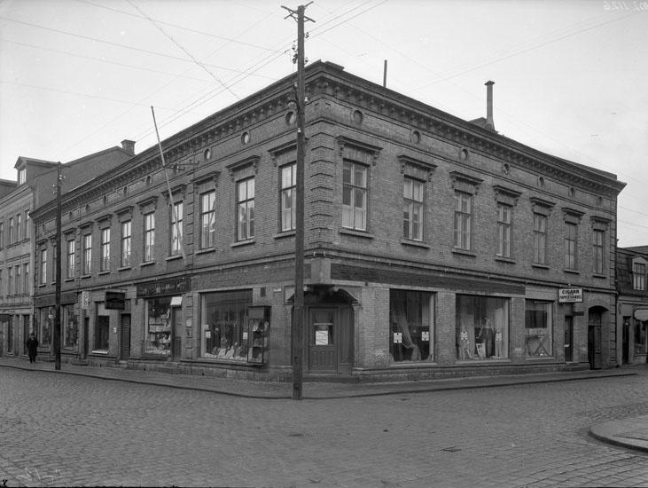"""Uppgift enligt fotografen: """"Uddevalla. Fastigheten Kungsgatan 13 - Kålgårdsbergsg."""""""