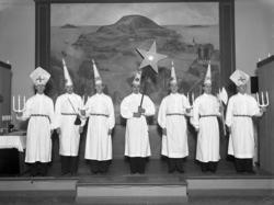 """""""Stjärngossar, framför tavlan. V.U.S. 1940"""" enligt bildtext."""