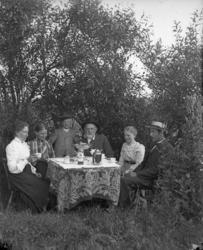 Salsmöblerna bars ut för kaffestund i trädgården, Orust.