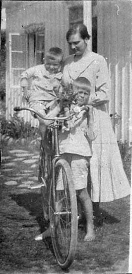 """Noteringar gjorda på negativets pappersficka: """"Otto, jag & moster Doro på cykel""""."""