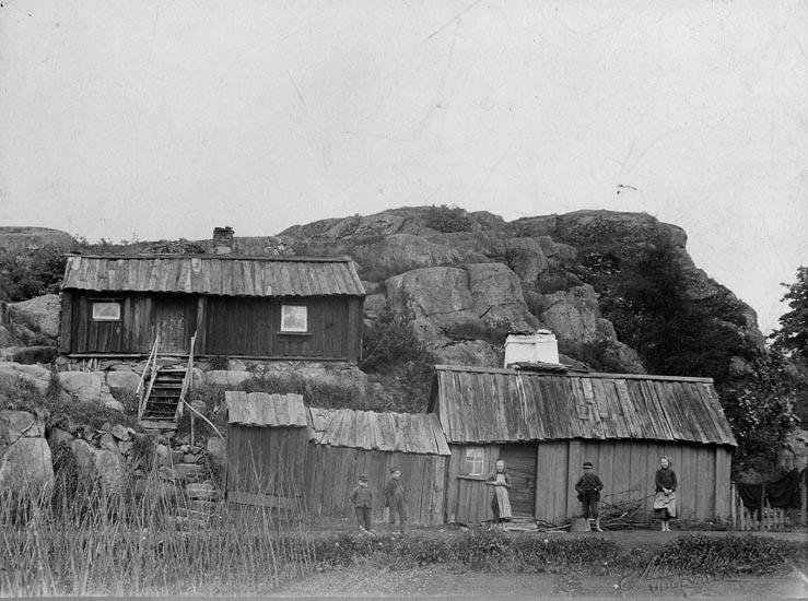 """Hus och barn på """"Svarta vägen"""", numera Klintvägen i Uddevalla"""