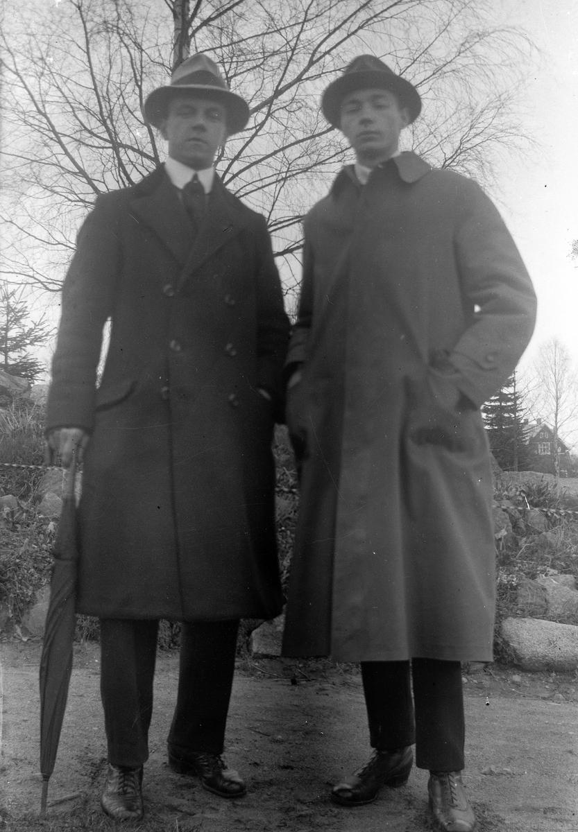 Två män, till höger Gustav Andersson, står framför en björk.