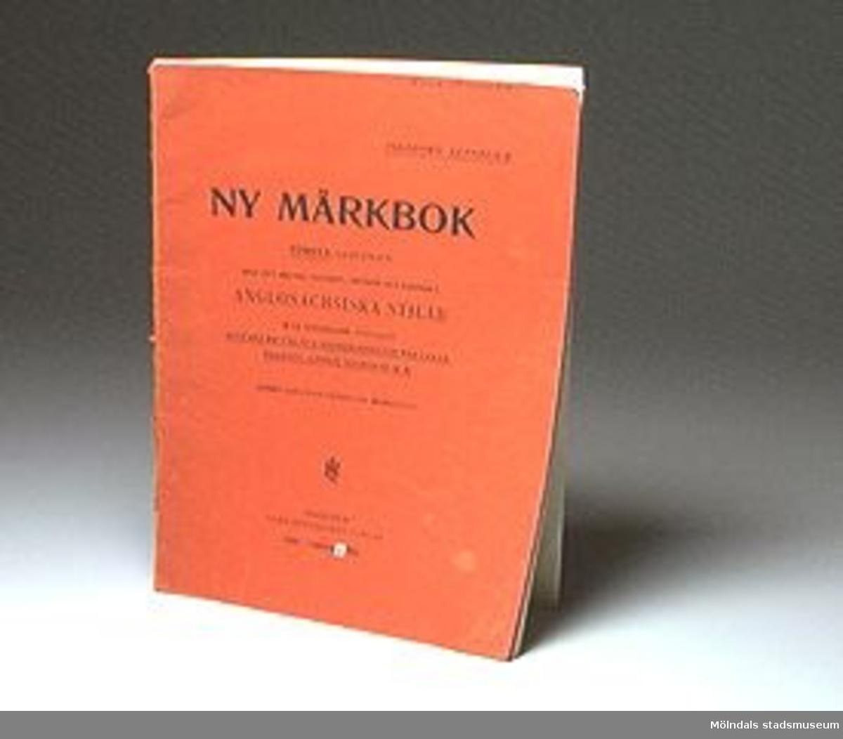 Boken heter: Ny Märkbok. Första samligen. Anglosaxiska stilar. Ingeborg Zethelius.Föremålet förvärvat från Anna Svensson genom Gösta Wickström.