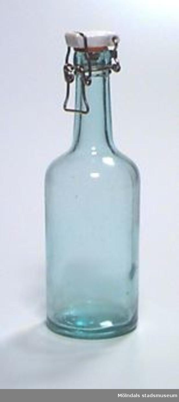 """Äldre glasflaska med fastsittande porslinskork (-lock) av den typ som går att öppna och stänga med ståltrådsbygel. Rymmer ca 0,5 liter. """"ÅRNÄS"""" i botten av flaskan.Ägaren är faster till givaren."""