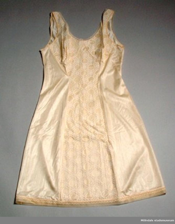 En aprikosfärgad underklänning med spets - ej använd.