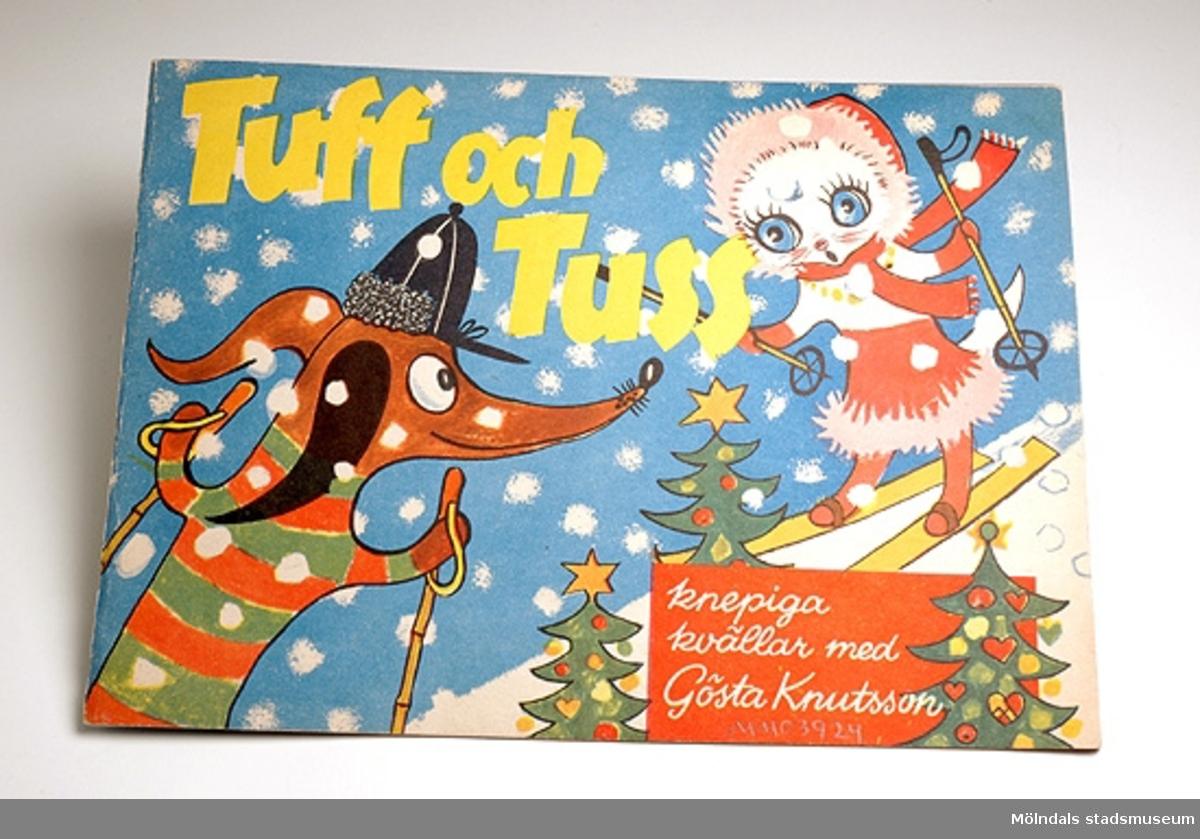 Barnbok med titeln Tuff och Tuss - Knepiga kvällar med Gösta Knutsson. Tunn häftad bok med färgglad utsida. Innehåller gåtor, korsord, kluriga räkne- och skrivuppgifter, och längst bak lösningar till alla uppgifterna.Brukaren/givaren fick boken när hon var sju år och låg på sjukhus i tre dagar. Hennes pappa hade den med sig när han hälsade på.