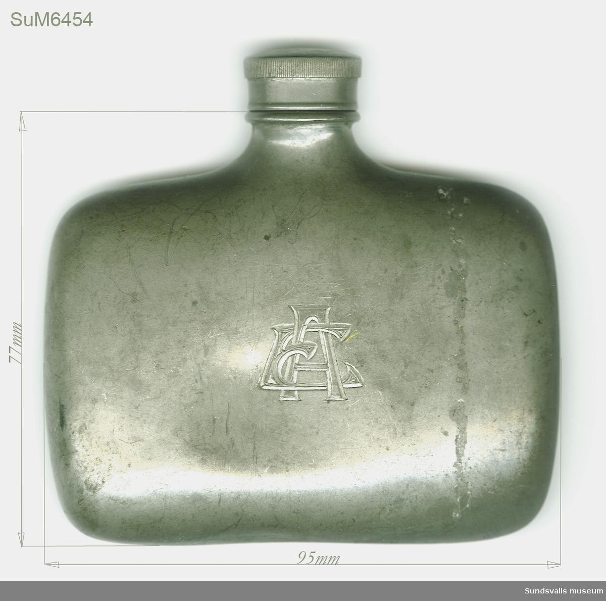 Flaska i tenn med skruvkok och initialerna EA ingraverade