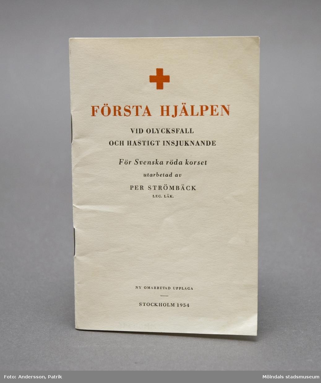 """Häfte: """"Första hjälpen vid olycksfall och kraftigt insjuknande för Svenska Röda Korset"""". Utarbetad av Per Strömbäck, leg. läkare."""