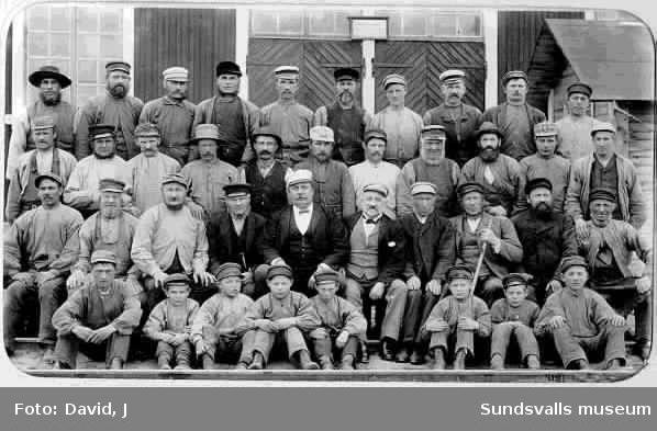 Arbetare vid Matfors träsliperi år 1900. Foto taget utanför stallet.