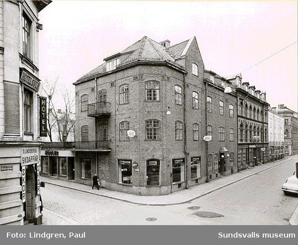 Rådhusgatan 13. Huset byggdes ursprungligen för Sundsvalls Karamell- & Konfektionsfabrik 1920. Karamellfabriken startades tidigare 1897.
