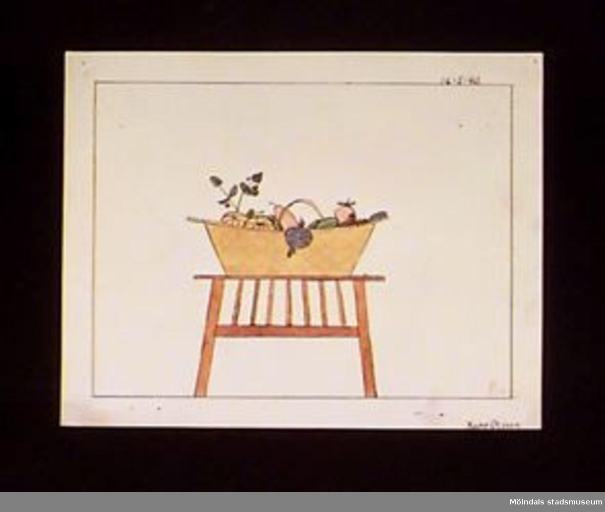 En teckning föreställande ett fruktstilleben. Utfört med vattenfärg. Datum och signering är skrivet finstilt med vattenfärg.Givaren gick hela sin skoltid i Toltorpsskolan.