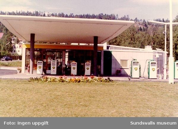 BP:s bensinstation, Norrmalmsgatan 12, Sundsvall. Föreståndarna hette i tur och ordning Einar Ström, Evert Åkerberg, Ulf och Monica Andersson. Stationen öppnade i oktober 1960.