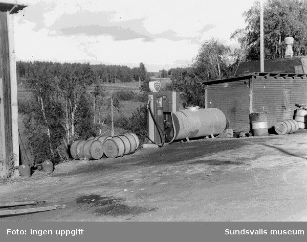 Bensinpump och bensinfat vid BP:sbensinstation i Torpshammar, Torp.