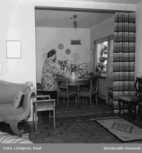Reportage. Damsidan från Söråker. Hemma hos fru Rörström? interiör, vävning.