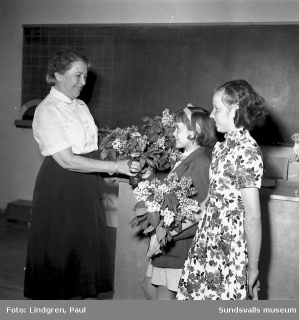Skolavslutning i GA-skolan. Fröken Hellberg får blommor.