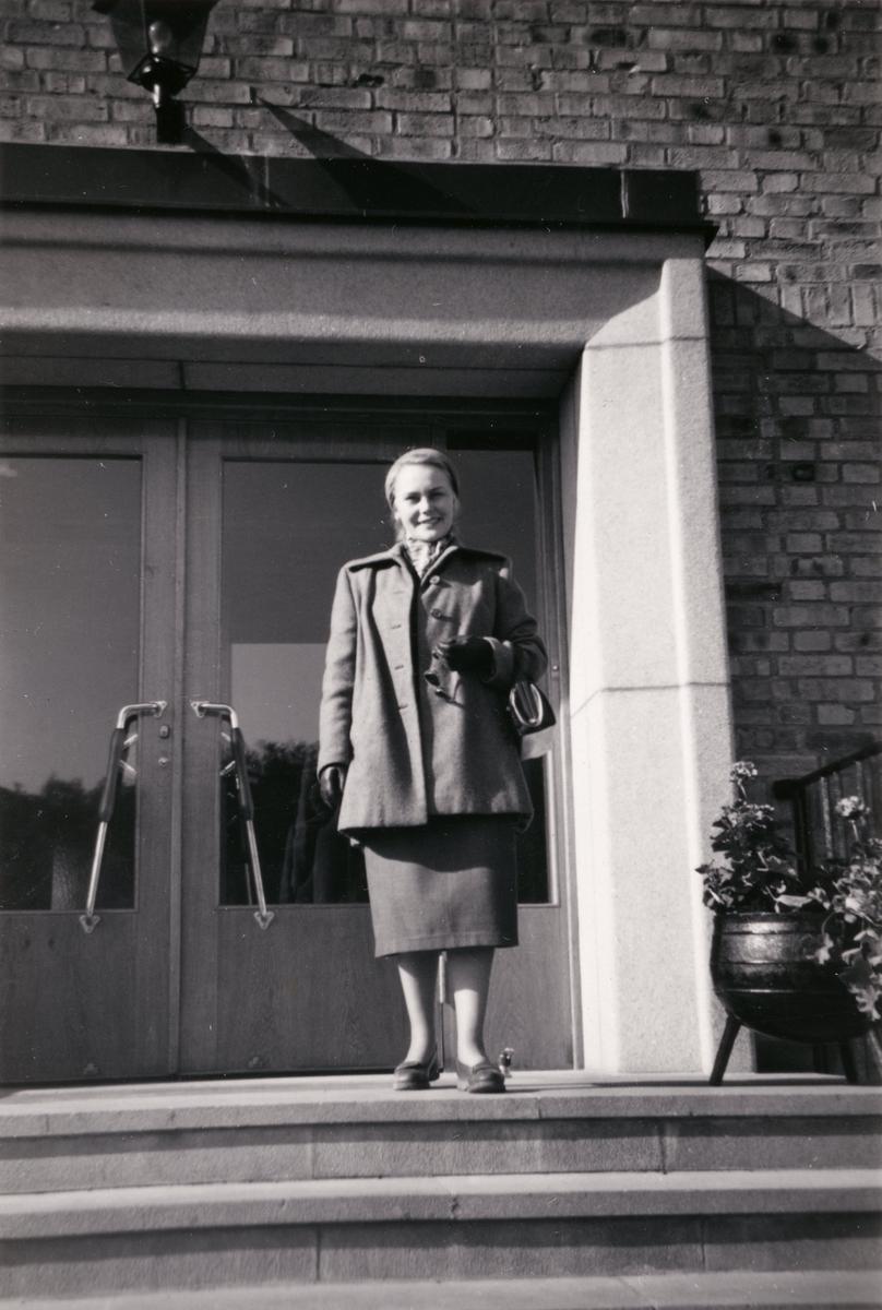 En kvinna står på trappan utanför Lackarebäckshemmet.