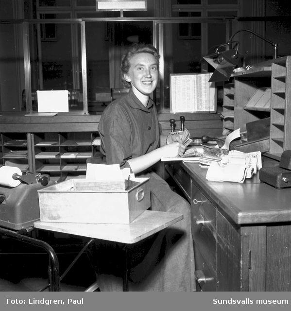 Kvinna på postkontor. Reportage om Posten.