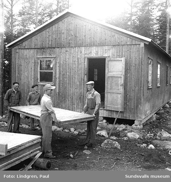 """""""Glada gänget"""". Män bygger ett hus i Harv, Lucksta."""