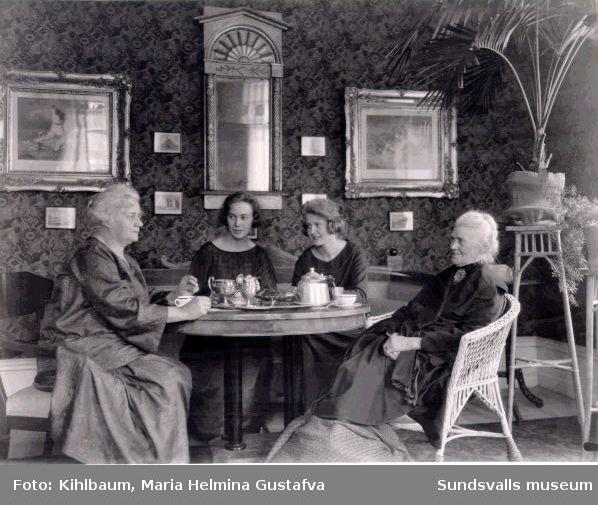 Kaffeförtäring i lantmätarehem i Hellbergska huset, Storg 33.