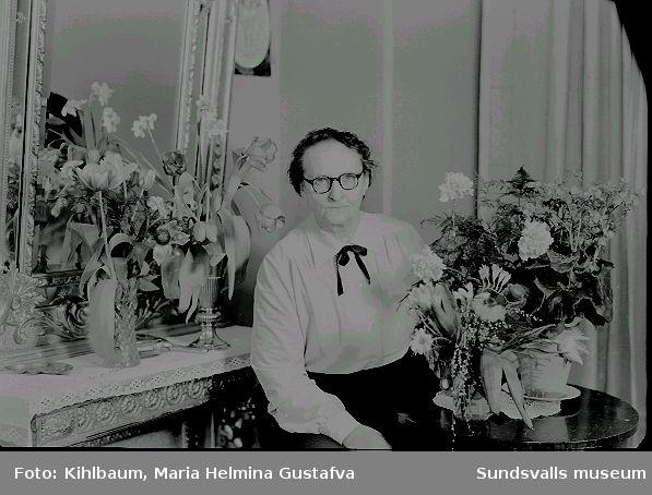 Fotograf Maria Kihlbaum fotograferad i atelién på Köpmangatan 24 i samband med någon bemärkelsedag.