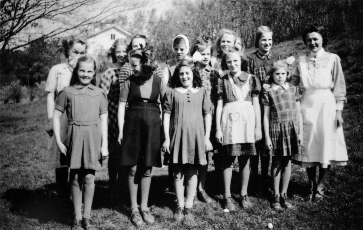 Karin Hasselberg står till höger, övriga är okända.
