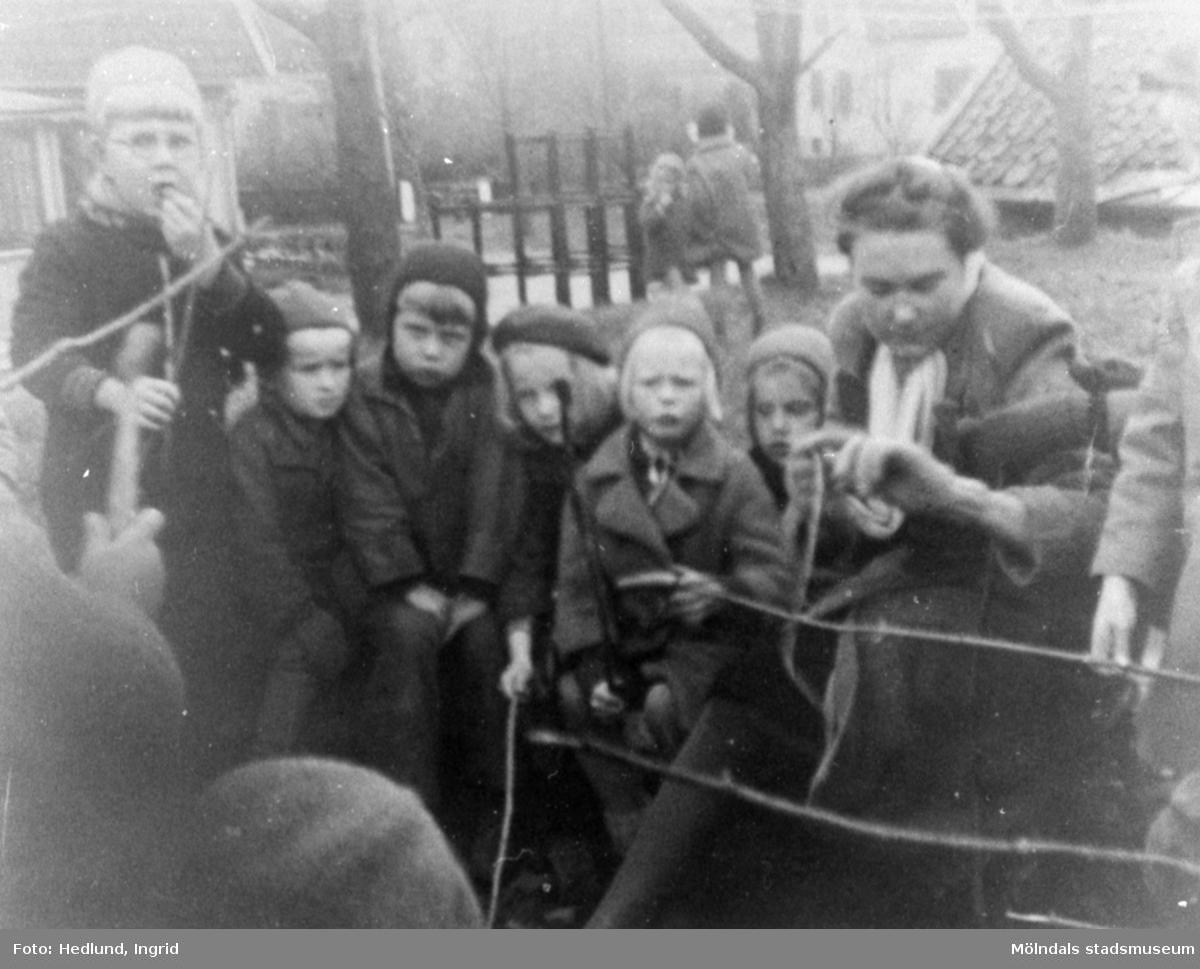 Bosgårdens barnträdgård 1938-1945. Fröken och barn som grillar korv utomhus.