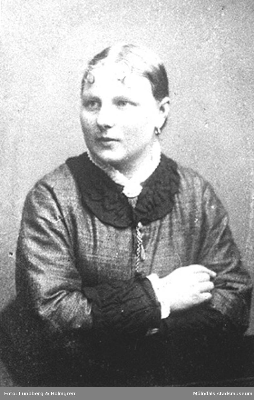 """Porträtt av en kvinna ca 1900. Ada Niklasdotter f. 1879. Emigrerade till Lowell, USA. Systern Hilda reste senare ocksä till USA. De kom från gården """"Olas"""", Heljered Västergård."""