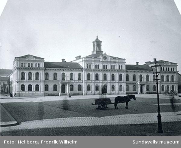 Stadshuset, vid stora torget, invigt den 28 jauari 1868. Arkitekt: Birger Oppman.