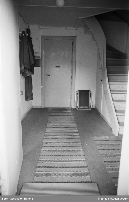 Roten L 13 i Mölndals Kvarnby. Bostadsinteriör. Dörr och trappa.