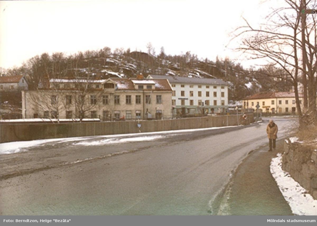 Utsikt från Roten M (Norra Forsåkersgatan) mot Gamla torget. Det gamla stadshuset (huset i mitten) i ljusgrön färg före restaureringen till gammalt skick 1987. Till vänster ser man byggnad 213 som ligger utefter forsen. Forsebron och Feskeflöten fanns vid staketets bortre ända.