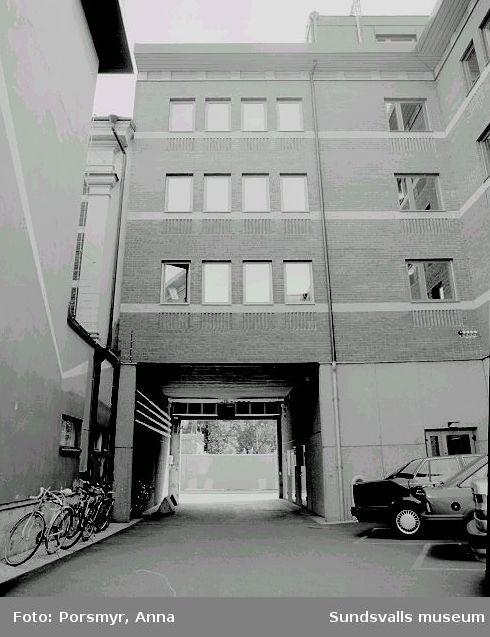 NCC:s kontorsbyggnad, kv. Nöjet 8, Skolhusallén 7/Rådhusgatan 34/Varvsgränd 8. Fastigheten uppfördes 1986, arkitekt var Thurfjellgruppen för NCC Fastigheter AB.01-02,relaxrum för NCC:s anställda.01 - 02  Personalutrymmen i vindsvåningen03 Portvalvet mot Varvsgränd
