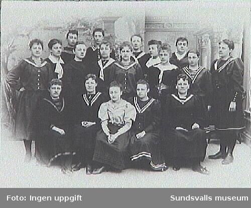Sundsvalls Qvinnliga Gymnastikklubbs medlemmar. Klubben upphörde 1897. Kassabehållningen, kr 287;- donerades till Flickskolan.