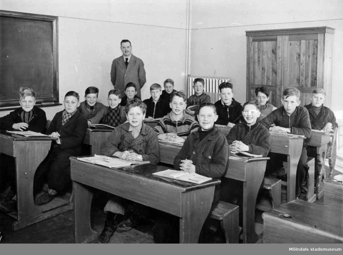 Krokslättsskolan ca 1934-1935. Typiskt äldre skolklassfoto. Magister Oskar Wallin står i bakgrunden och eleverna sitter i dubbelbänkar. Givaren Knut Andersson sitter på tredje rad, första från höger (ena benet skymtar utanför bänken).