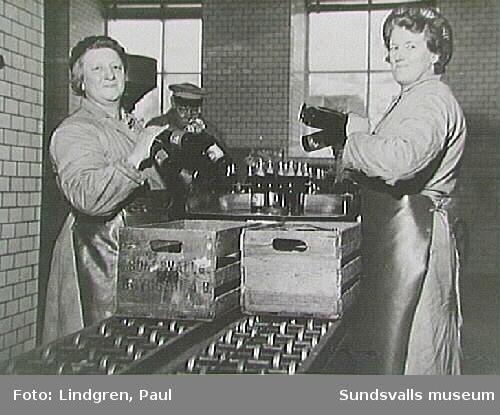 Sundsvalls bryggeri. Flaskor med Rio Cola läggs i backar. Foto taget för Sundsvalls-Posten.