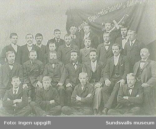 Medlemmar i Svenska Gjutareförbundet Afdelning no 11, Stiftad 30/3 1895, framför avdelningens fana.