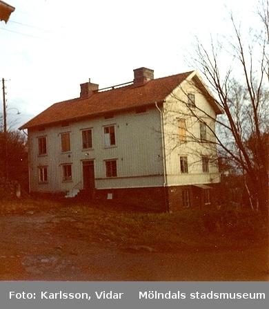 Roten F20, ett vitt bostadshus med lägenheter.