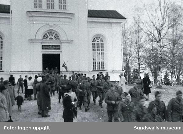 Utanför Njurunda kyrka i samband med gudstjänst inför hemfärden i maj 1945.