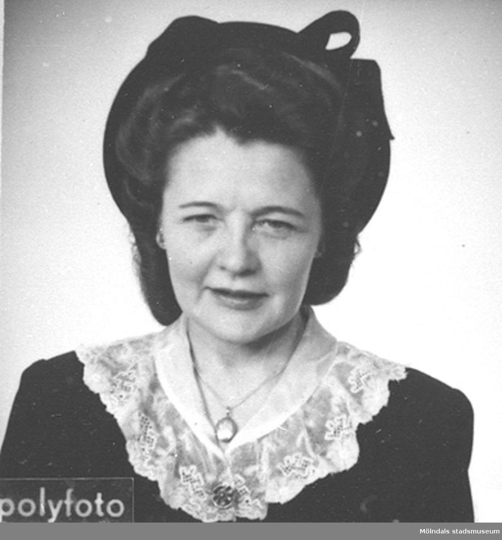 Ett av 39 st porträttbilder av Karin Hasselberg (1903 - 1996) i hatt och spetskrage, tagna på 1940-talet.